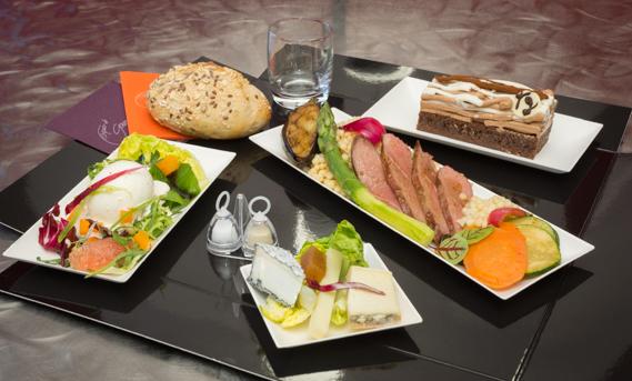 Plateau repas avec du canard, menu complet